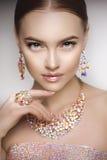 Mujer hermosa en un collar, pendientes y anillo Modelo en joya imagenes de archivo