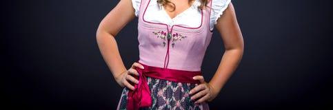 Mujer hermosa en un dirndl bávaro tradicional fotos de archivo