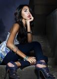 Mujer hermosa en un encanto tirada en las escaleras Imagen de archivo libre de regalías