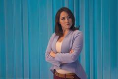 Mujer hermosa en un estudio de la televisi?n imagen de archivo