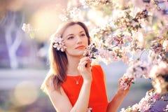 Mujer hermosa en un jardín enorme en la primavera Imagen de archivo