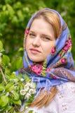 Mujer hermosa en un pañuelo Fotos de archivo libres de regalías