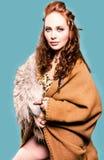 Mujer hermosa en un traje de vikingo foto de archivo