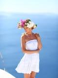 Mujer hermosa en un vestido con una guirnalda Imagenes de archivo