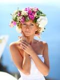 Mujer hermosa en un vestido con una guirnalda Foto de archivo libre de regalías