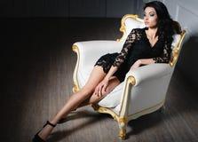 Mujer hermosa en un vestido corto atractivo imagen de archivo