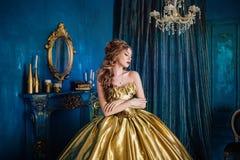 Mujer hermosa en un vestido de bola imagen de archivo