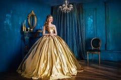 Mujer hermosa en un vestido de bola fotografía de archivo