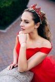 Mujer hermosa en un vestido rojo lujoso, primer Foto de archivo libre de regalías