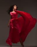 Mujer hermosa en un vestido rosado largo imagen de archivo
