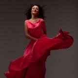 Mujer hermosa en un vestido rosado largo fotografía de archivo