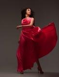 Mujer hermosa en un vestido rosado largo imagenes de archivo