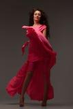 Mujer hermosa en un vestido rosado largo fotos de archivo