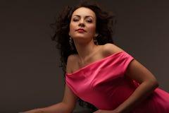 Mujer hermosa en un vestido rosado largo imagen de archivo libre de regalías