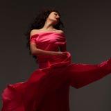 Mujer hermosa en un vestido rosado largo fotos de archivo libres de regalías
