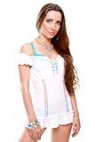 Mujer hermosa en una alineada blanca Imagenes de archivo