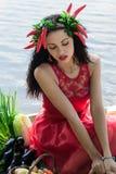 Mujer hermosa en una alineada roja Fotos de archivo