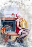 Mujer hermosa en una alineada y un sombrero rojos de Santa Fotografía de archivo