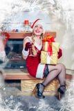 Mujer hermosa en una alineada y un sombrero rojos de Santa Imagenes de archivo