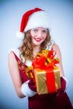 Mujer hermosa en una alineada y un sombrero rojos de Santa Fotos de archivo