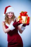 Mujer hermosa en una alineada y un sombrero rojos de Santa Imagen de archivo libre de regalías