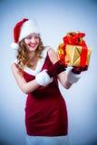 Mujer hermosa en una alineada y un sombrero rojos de Santa Imagen de archivo