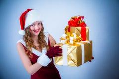 Mujer hermosa en una alineada y un sombrero rojos de Santa Fotografía de archivo libre de regalías