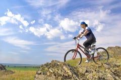 Mujer hermosa en una bicicleta Fotografía de archivo libre de regalías