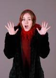 Mujer hermosa en una bufanda roja fotos de archivo libres de regalías