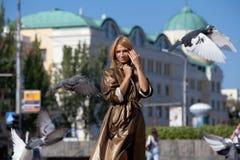 Mujer hermosa en una ciudad del otoño Fotos de archivo libres de regalías