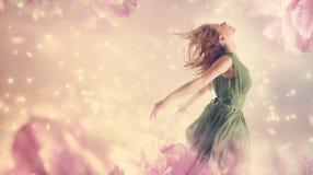 Mujer hermosa en una fantasía rosada de la flor de la peonía Foto de archivo