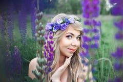 Mujer hermosa en una guirnalda Imagenes de archivo