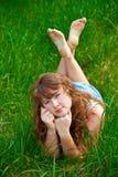 Mujer hermosa en una hierba Fotografía de archivo
