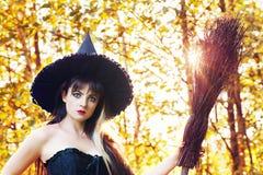 Mujer hermosa en una imagen de una bruja Foto de archivo