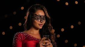 Mujer hermosa en una máscara del carnaval en oscuridad lento almacen de metraje de vídeo