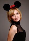 Mujer hermosa en una máscara del ratón Imágenes de archivo libres de regalías