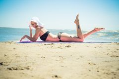 Mujer hermosa en una playa Foto de archivo libre de regalías