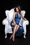 Mujer hermosa en una silla imagenes de archivo