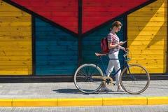 Mujer hermosa en vaqueros con bike10 Imágenes de archivo libres de regalías