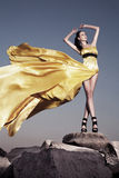 Mujer hermosa en vestido de noche amarillo Imagenes de archivo