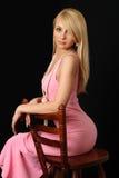 Mujer hermosa en vestido de noche rosado. Imagenes de archivo