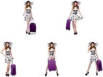 Mujer hermosa en vestido del lunar con la maleta aislada en whi fotos de archivo