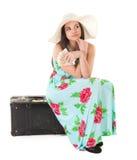 Mujer hermosa en vestido del verano con el sombrero, el caso y el dinero Fotografía de archivo libre de regalías