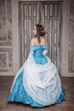 Mujer hermosa en vestido medieval azul fotografía de archivo