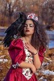 Mujer hermosa en vestido rojo del vintage con un negro Imágenes de archivo libres de regalías