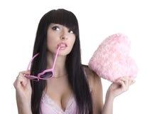 Mujer hermosa en vidrios rosados con el corazón de la felpa Foto de archivo libre de regalías