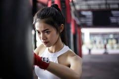 Mujer hermosa encantadora del boxeador del retrato: La muchacha atractiva es prac foto de archivo