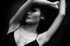 Mujer hermosa encantadora del retrato La mujer hermosa atractiva es fotos de archivo