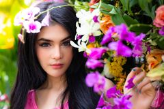 Mujer hermosa encantadora del retrato La muchacha hermosa atractiva tiene foto de archivo libre de regalías
