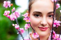 Mujer hermosa encantadora del retrato La muchacha hermosa atractiva tiene la cara hermosa y piel agradable foto de archivo libre de regalías